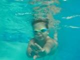 Коля плывет в большом бассейне)))