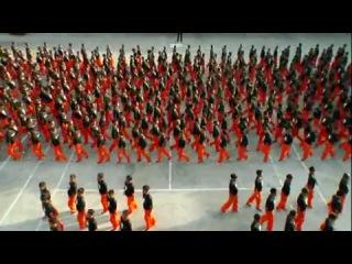 1500 филиппинских заключенных максимально строгого режима танцуют в память о Джексоне.  Больше года длились репетиции. К ним при