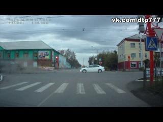 жесткая авария на перекрестке