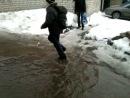 Марков Антон купается в луже