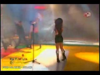 Анаи поет Me Hipnotizas в программе Familia con Chabelo