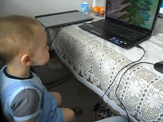 Мой братик Арсюша смотрит мультик