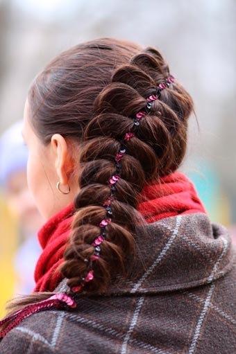 Плетение косы с лентой.