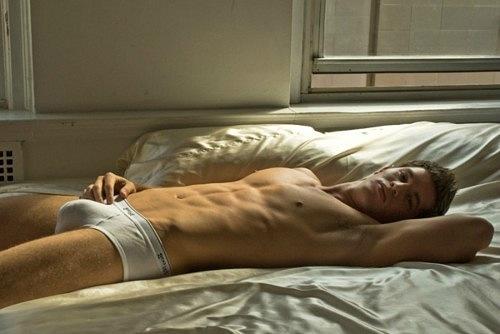Фото лежащего голого мужчины