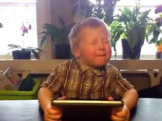 3-ех летний ребенок поет ковер на песню Somebody That I Used to Know