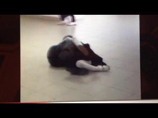 Страстный поцелуй по середине школьного коридора
