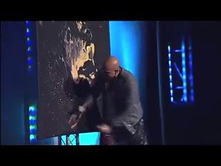Парень рисует Иисуса Христа