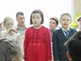 Девочка поет в хоре, а слов не знает, выглядит очень смешно :)