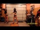 Девченки танцуют в гараже.bajker