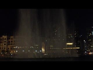 Поющий и танцующий фонтан, построенный на искусственном озере Бурж в Дубае, является самым дорогим фонтаном в мире.