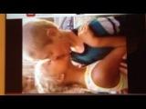 Мальчик и девочка целуются ( им по 7 лет)