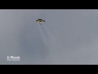 Yves Rossy Jetman пролетает мимо горы Фудзи на скорости 300 км\ч