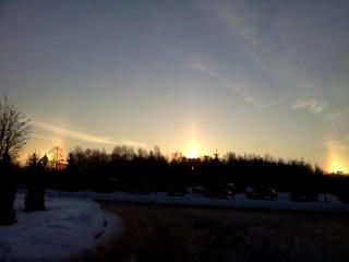 оптический феномен Гало, создающий видение не одного, а нескольких Солнц. Явление довольно редкое