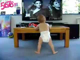 Ребенок танцует под клип Бьёнсе