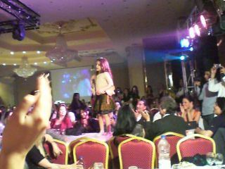 Арабская девочка танцует танец живота на столе...