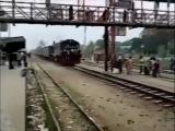 Катаясь на крыше поезда, разбился об мост!