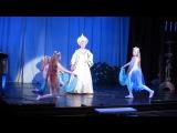 девчонки танцуют в театре