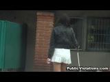 Брюнетка играет в мини юбке в гольф-сняли трусики без ее ведому