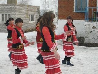 девушки 10 класса танцуют татарскую плясовую