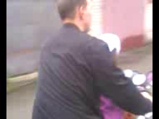 Папа учит дочку водить мотоцикл!НУ ПРЯМ ВСЯ В ПАПУ!