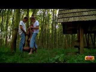 Дрючат деваху в лесу