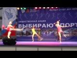Групповое выступление спортивного клуба по художественной гимнастике