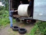 Алкоголик и два таджика выгружают кольцо для колодца - Кати, не бойся. Мужики решили выкатить на шины от машин