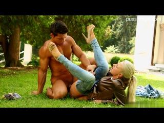 блондинка в джинсах трахается на лужайке