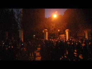 Харьков ОГА, на 3х грузовиках к заднему двору привезли людей в форме ментов