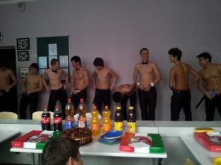Школа и стриптиз.Мальчики сделали подарок девочкам)))
