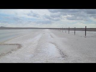 Прогулка по солёному берегу в доль озера..