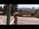 Темнокожая женщина гуляет голая по городу