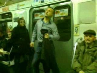 Челик отжигает в метро.спб.