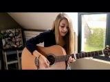 Нежная девушка красиво поёт под гитару грустную песню