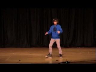 Челкастый танцует под даб степ в школе.