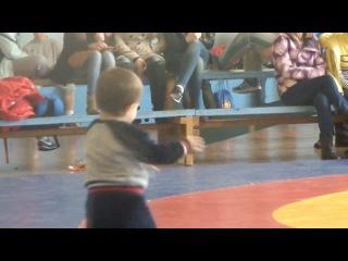 Маленький борец танцует лизгинку)