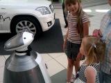 Знакомство Даши и Димы с роботом
