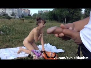 Порно видео дрочить на улице