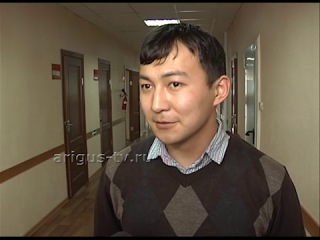 Прокатил с ветерком. В Улан-Удэ неизвестный автомобиль разъезжал с девушкой на капоте