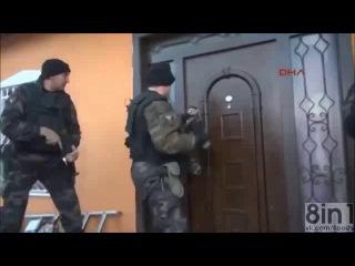 Тук-тук-тук. кто там? откройте, это полиция! турция, конья / tuk-tuk-tuk. who's there? open the door! police! / турецкая полиция неудачно выламывает дверь, мужик открывает