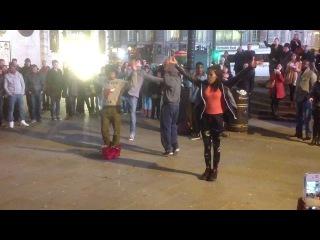 так танцуют англичане на улицах Лондона ( Piccadilly Circus)