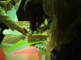 Юля впервые делала открытку с ёлкой вместе со старшими детками.