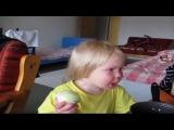 Малыш плача ест лук как яблоко