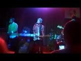 Бруно выступает на благотворительном вечере «m.a.m.a earth» с песней «Innocent»