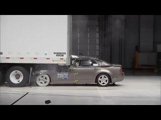 Краш-тест автомобилей, которые ударяются в зад грузовику
