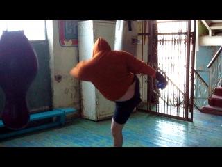 Мастер спорта по боксу бьет грушу ногами