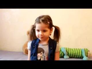 Маленькая девочка читает стих