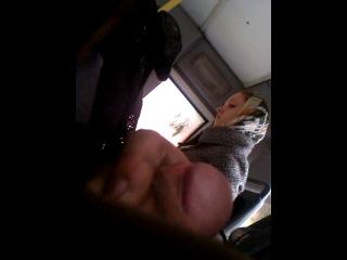Девушка смотрела до конца! Эксгибиционист дрочит перед ней в транспорте