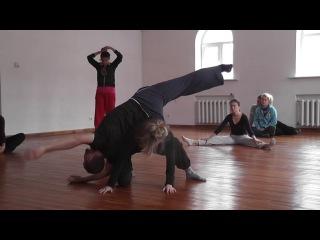 Танец с утрированно свободной шеей и расфокусированным вниманием