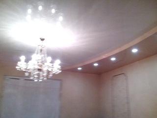 Двухуровый потолок в большой гостиной